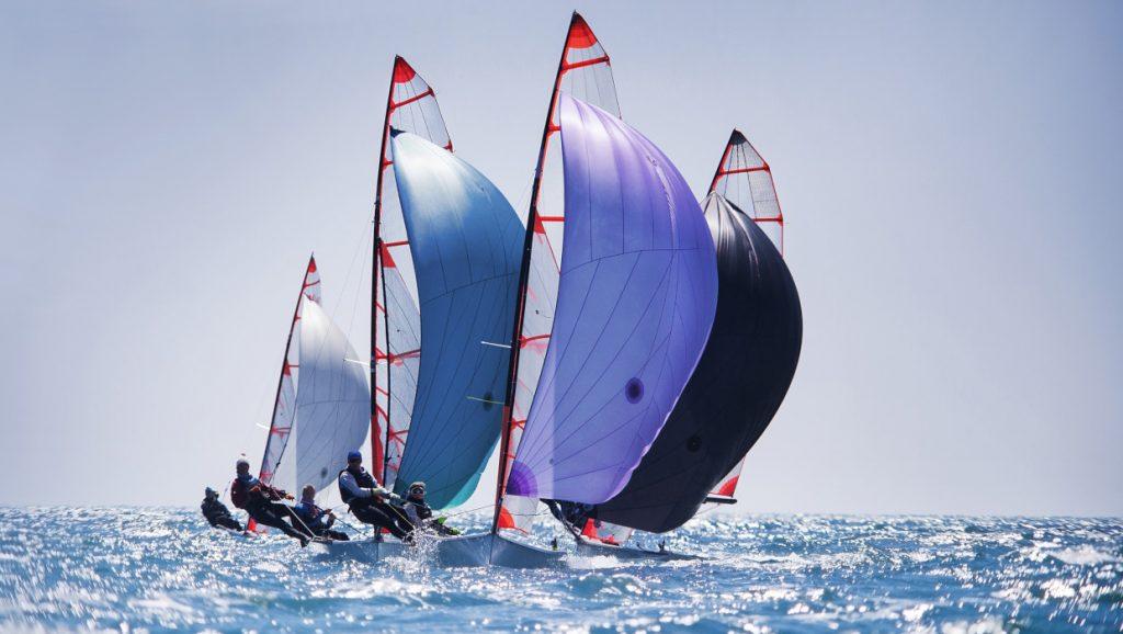 Dynamic team struggle to the regatta sailing ship